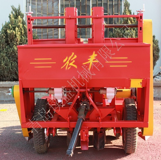 2CM-2-1100型马铃薯种植机 该机具有肥种分施、旋耕起垄、喷药、覆膜功能,可同时一次性完成马铃薯的单垄双行的种植过程,此种植方式节约土地,增产丰收,行距株距种植深度均可调整。配套动力为18.3~29.4kw四轮拖拉机该机具具有肥种分别开沟播施,起垄宽度,行距,株距,种植深度随时可调,双行波中国成三角形状分布,更利于作物吸收光合作用。达到了既不伤种,又可根据不同地区用户要求调整而获得更好的增产丰收效果。该机自投放市场以来,深受广大用户欢迎,同时又将农业经济作物播种机械化向前推进一步。外形尺寸(长&ti